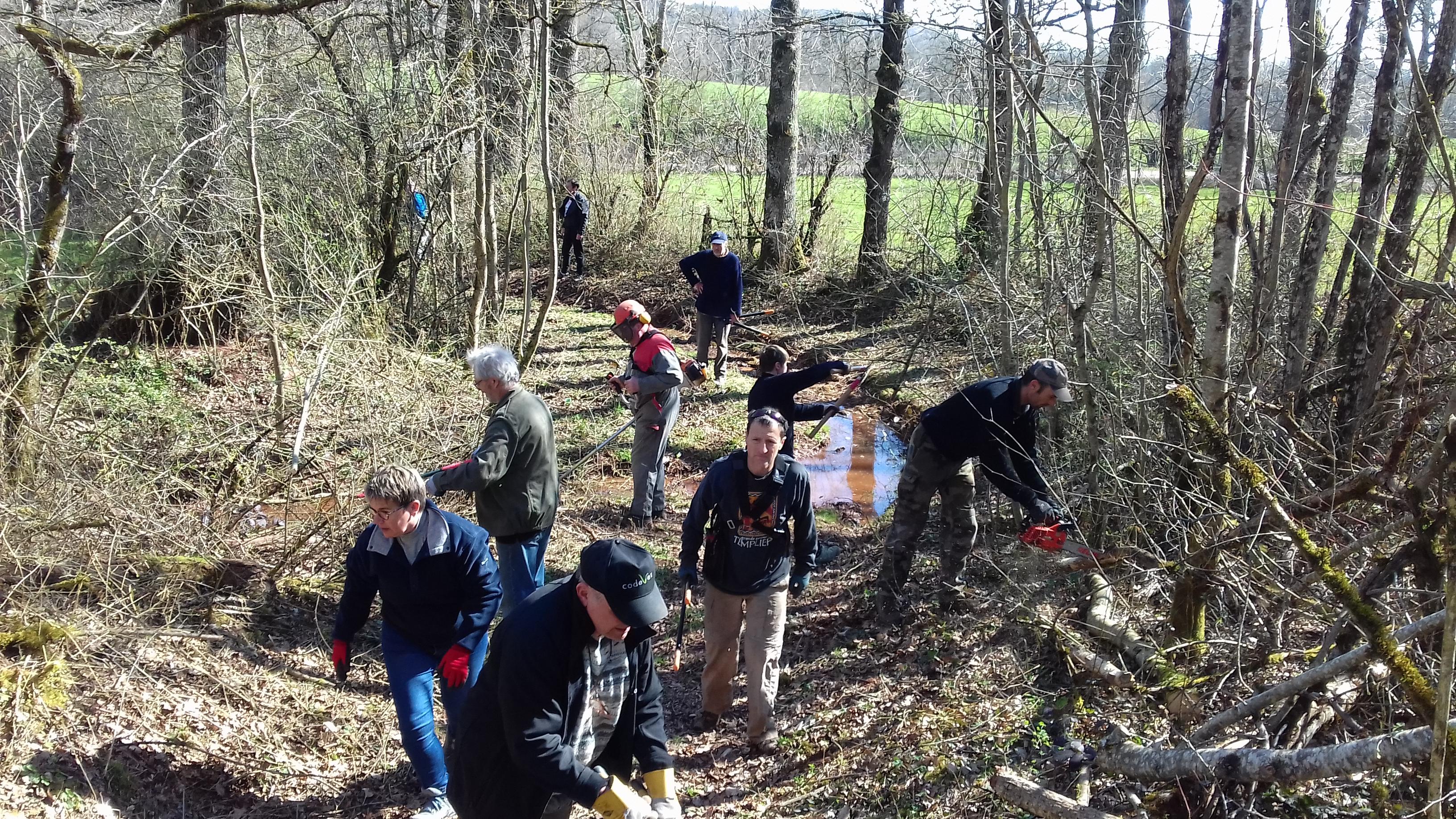 bénévoles entretenant un chemin rural