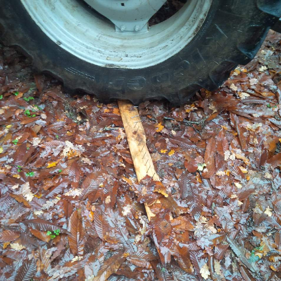 pneu tracteur crevé par planche à clous